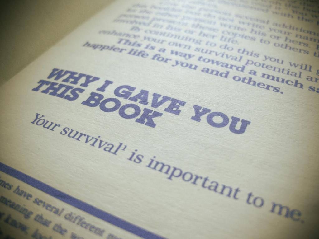 Ma ei usu, et tal neid raamatuid kusagil veel hunnikute viisi oli. See oli tal üksinda kusagil tähtsate paberite vahel ja mul ei ole aimugi, miks ta selle mulle andis. Igal juhul oli see temast väga kena.