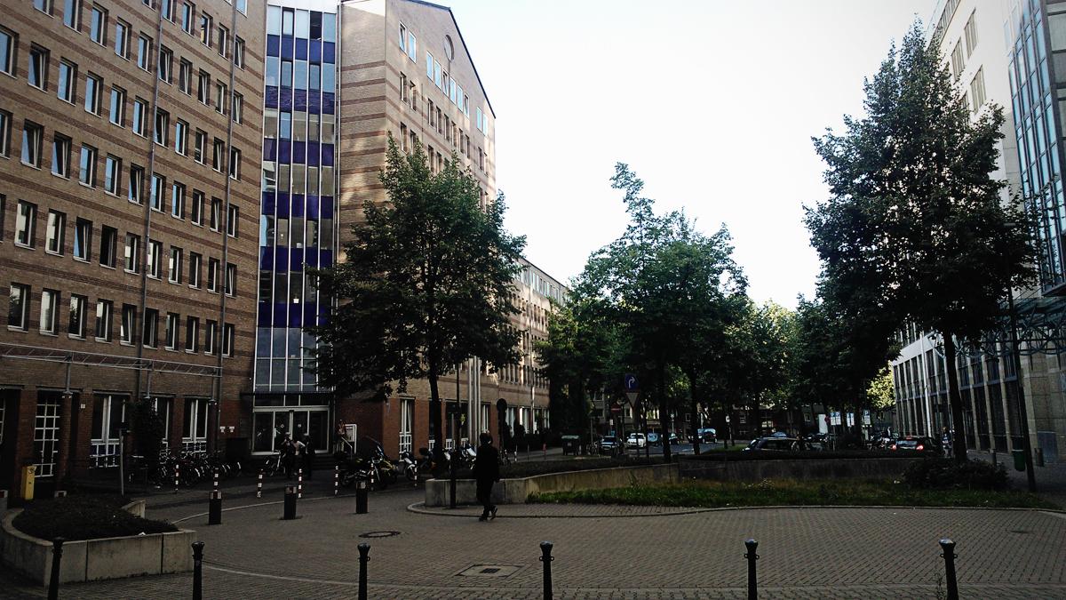 Bürgerbüro Düsseldorf - vasakul asuvas hoones saime ametlikult Düsseldorfi elanikeks