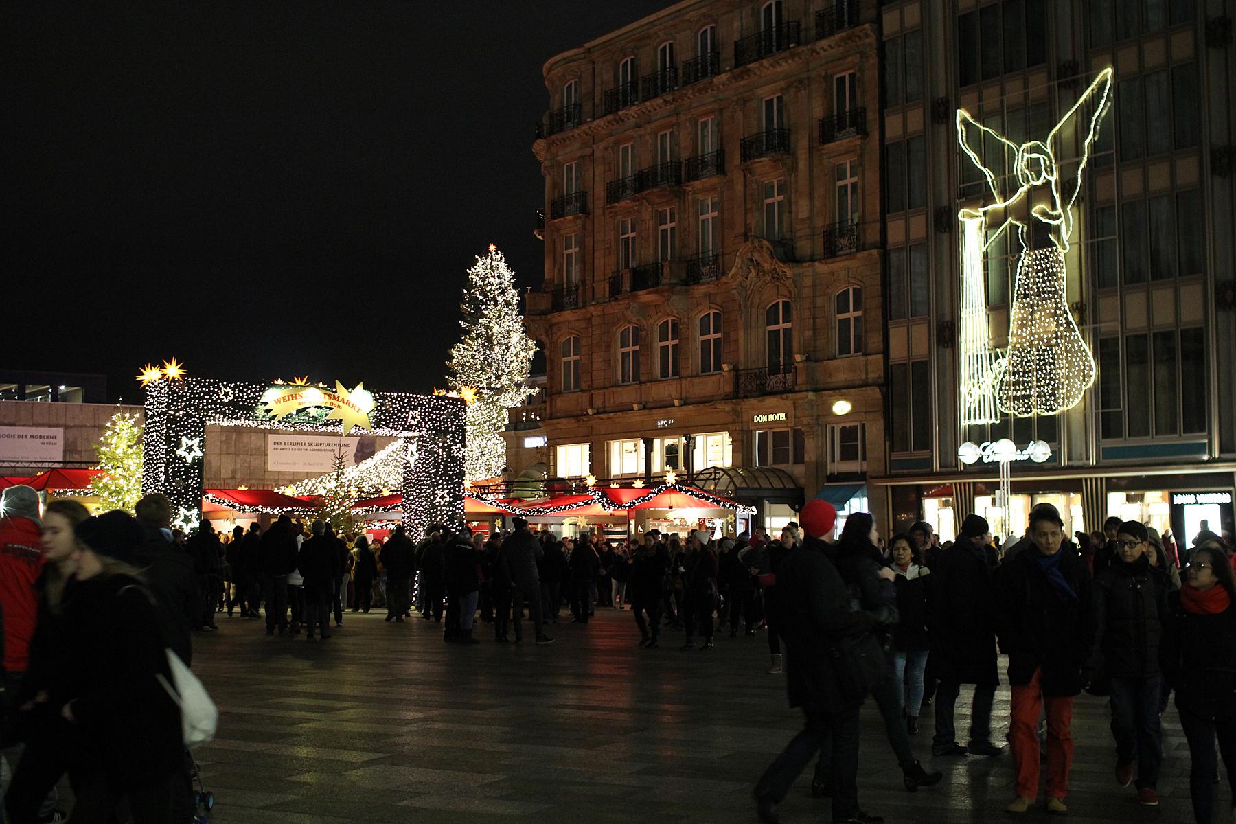Kohe rongilt maha astudes, toomkiriku kõrval, hakkas esimene osa jõuluturust pihta