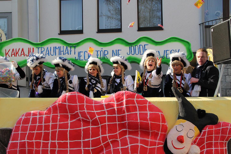 Rongkäigus osalejatel on traditsioon visata pealtvaatajatele komme. Ja neid komme visati ikka meeletutes kogustes.