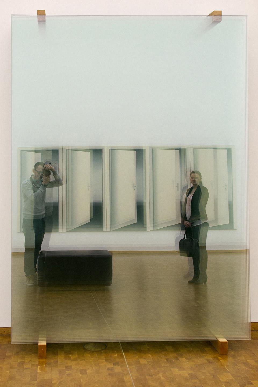 """Vot see on kunst! Ühel pool seinas oli hunnik klaase ning vastas seinas kellegi härra kunstniku maalitud taies """"uksed"""". Anar ja Egle on jäädvustanud ennast kunstiajalukku."""