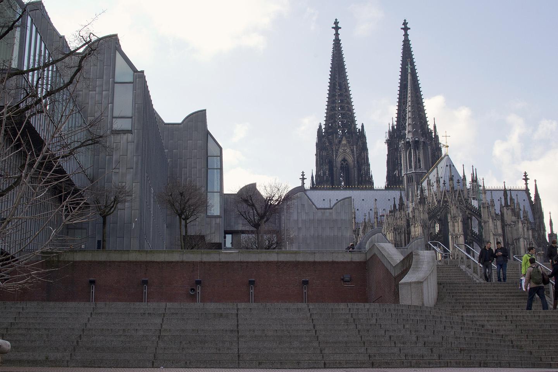 Ja läbi ta oligi. Vasakul Museum Ludwig teise nurga alt ning taamal kuulus Toomkirik