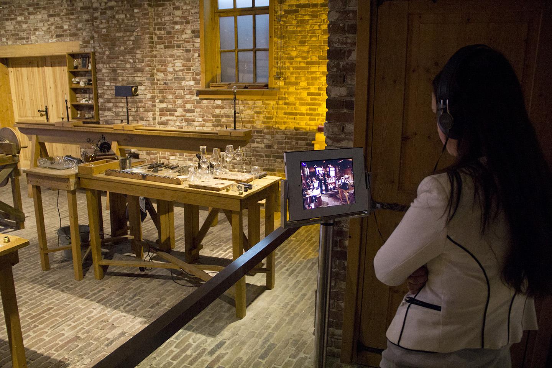 Moodsa aparaadi ekraanil oli näha sama ruum, kus ise viibisid. Sinna tekkisid ekraani näppides inimesed, kes olid justkui vanad töölised oma tööplatsil tegutsemas.