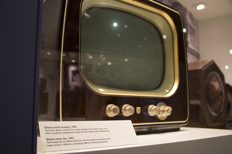 """Tänapäeval lugedes küllaltki koomiline reklaamtekst sellise aparaadi kohta. """"Varasemast suurem ekraan pakub täiesti uusi elamusi."""" 3D jms polnud 1952. aastal veel teema."""