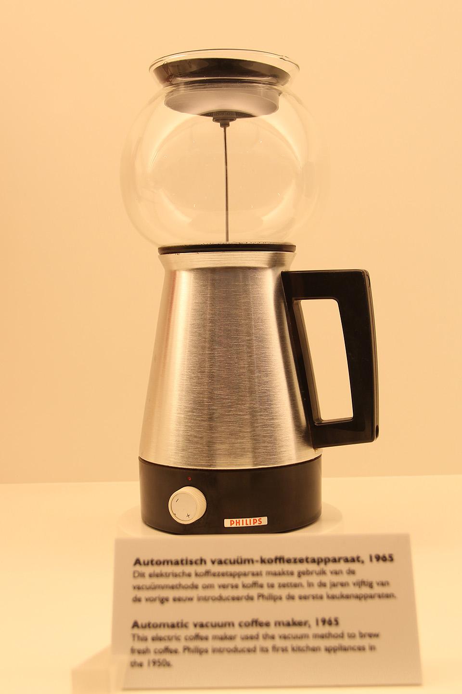 Kohvimasin aastast 1965. Taaskord stiilne asi sellise aja kohta. Suht sarnase disainiga aparaate leiab ka tänapäeval poelettidel.