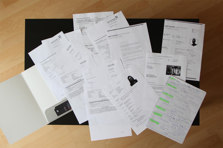 Stiilinäide sellest, kuidas me praegu käime kortereid vaatamas. Mapka koos vajalike papritega on koguaeg seljakotis kaasas, et see vajadusel kohe korteriomanikule ette sööta. Täna lähme teeme tegelikult veel dokumentide koopiad (mõni nõuab neid oma kuulutuses) ja lisaks prindime veel ühe paberi. Nii et laual nähtav paberite kogus on veel mittetäielik. Aga see ei pea Saksamaal just ilmtingimata nii käima. Oma esimese korteri eelmisel suvel saime ju ilma ühegi paberita.