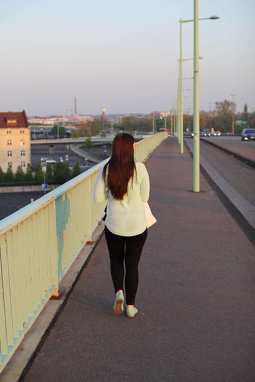 Egle jalatsid ja kampsun matchisid hästi silla käsipuu ja tänavavalgustuspostidega.