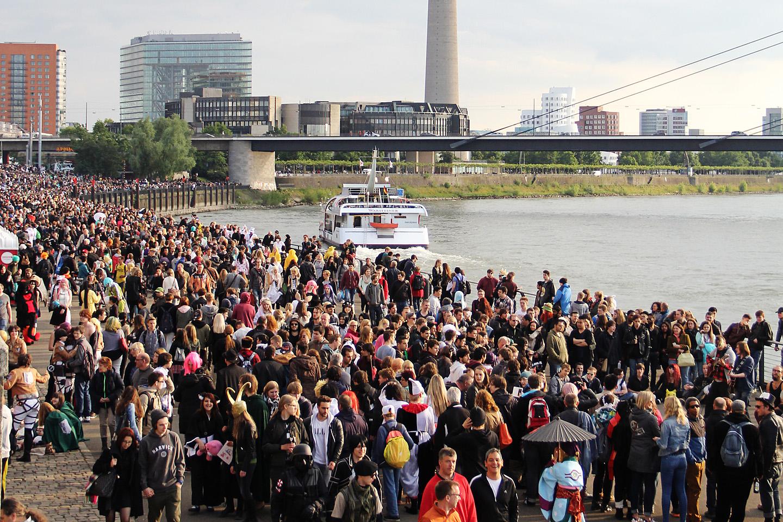 Rahvast jagus. Väidetavalt külastab Japan-Tagi Düsseldorfis ca miljon huvilist.