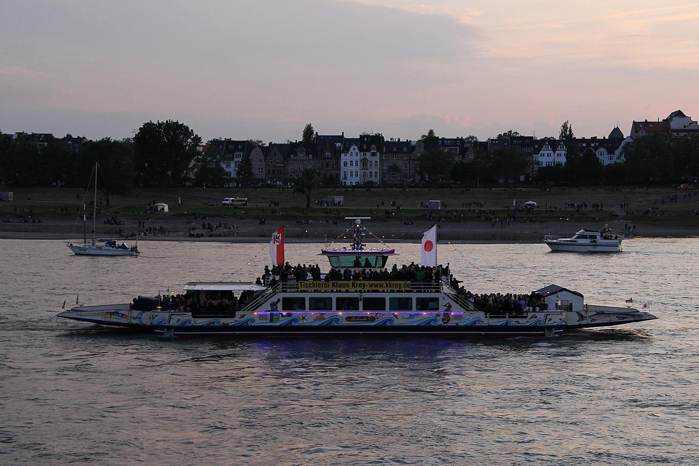 Antud fotol on jäädvustatud küll üks kruiisipaat, kuid mõni tund hiljem, vahetult enne ilutulestiku algust, kogunesid siia küll kõik säärased laevukesed, mis Rheini peal üldse liikvel on. Mitu-mitukümmend oli neid ikka.