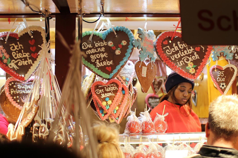Šokolaadide ja piparkookide müüja oli toodetega kenasti ühte tooni ja sobis pildile kui valatult :)