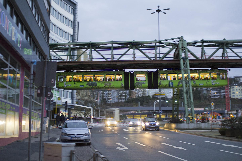 Schwebebahn liiklust ei sega. Justkui metroo, ainult et sõidab taevas, mitte maa all.