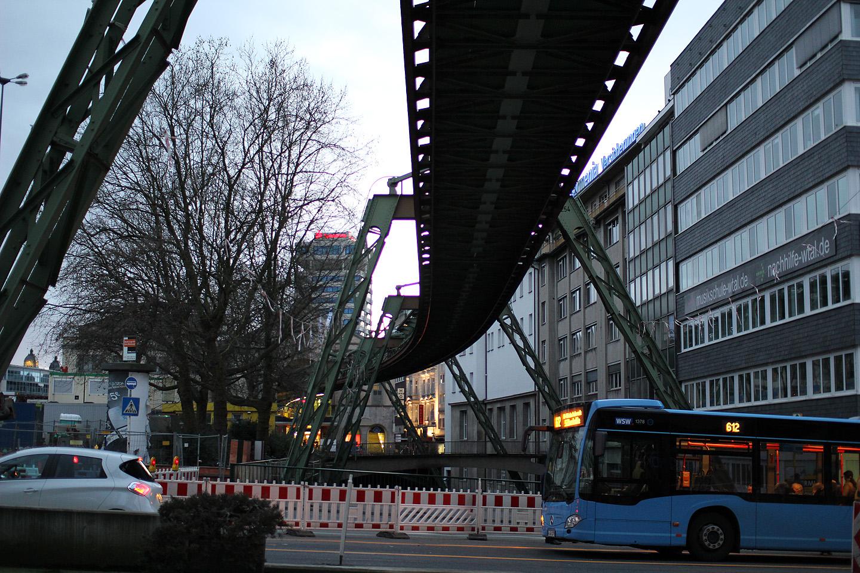 Ja kogu Wuppertali linn on selliseid looklevaid metallkonstruktsioone täis.