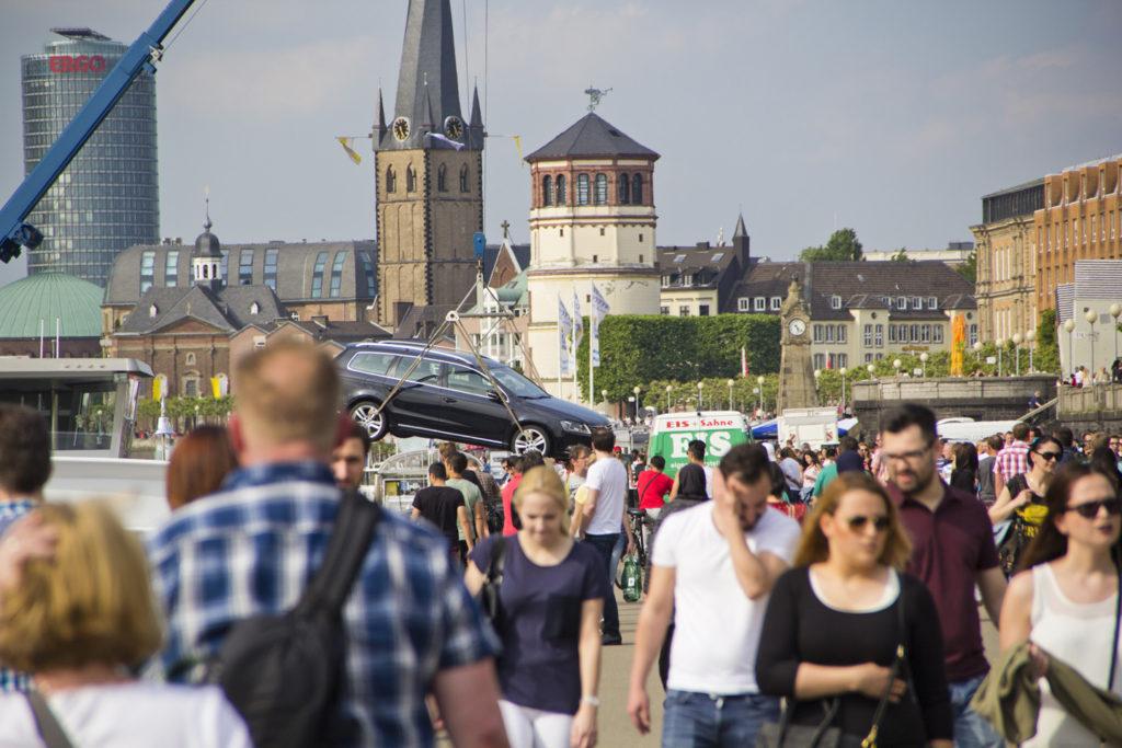 Rheini jõel sõitvate kaubalaevade pardal on teinekord näha ka (eeldatavalt kaptenite) autosid. Esmakordselt nägime stiilinäidet sellest, kuidas see auto sinna laeva peale saab.