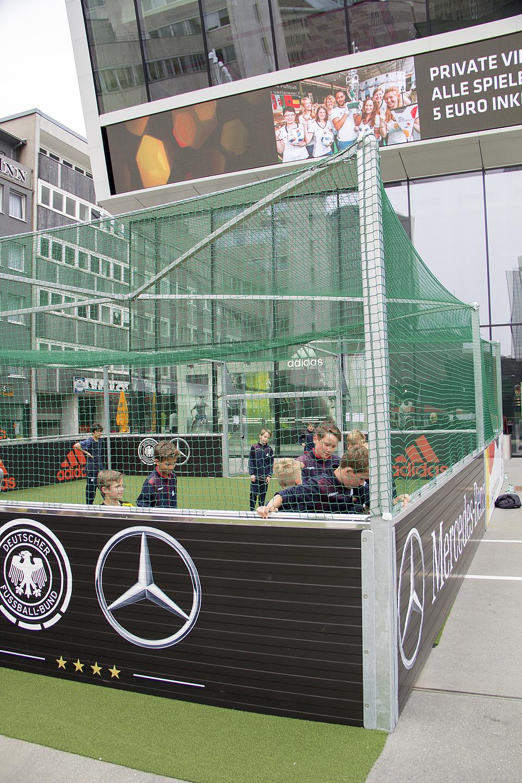 Dortmundis jalgpallimuusemi ees käis poistel tõsine mõõduvõtt.