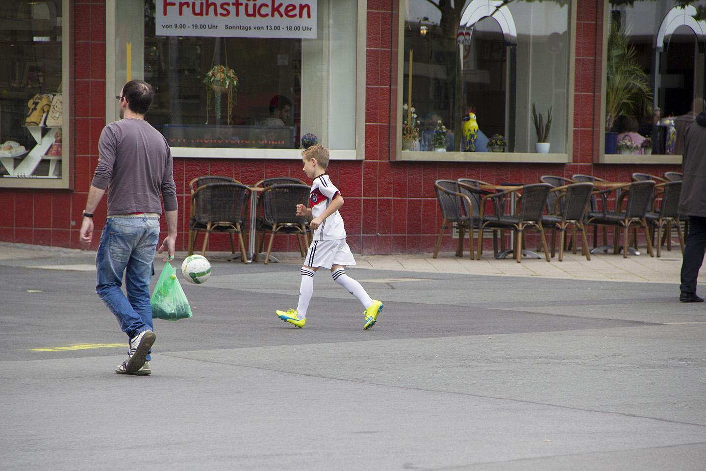 Dortmundi kesklinnas jäi silma üks väike tegelane, kes ei lasknud ennast häirida, et ta linna südames poodlejate vahel oli. Nii need uued staarid sirguvad.