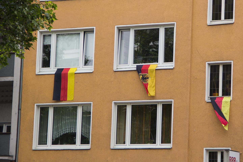 ...lipud tänavatel maja akendel...