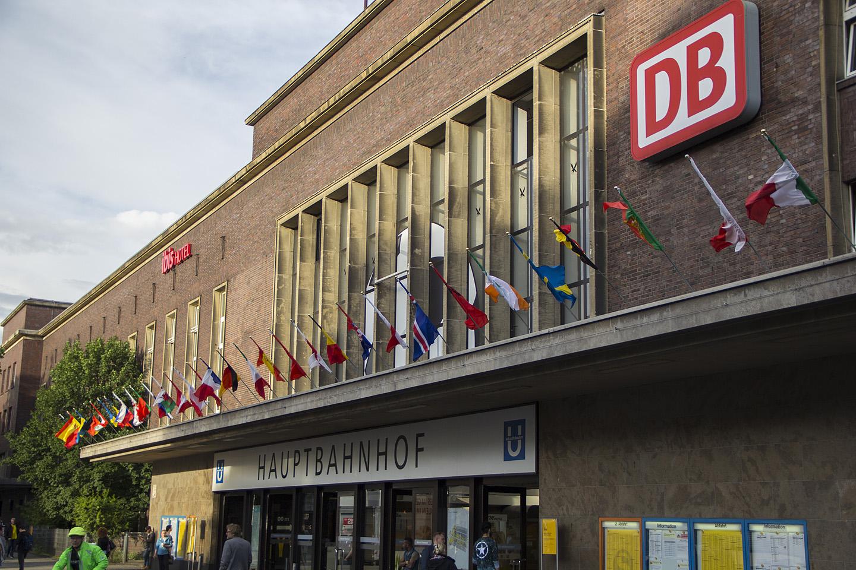 Düsseldorfi Hauptbahnhof on ka kenasti vutilainel. Kõigi EM-il osalevate riikide lipud on peasissekäigu ees vardasse tõmmatud ning...
