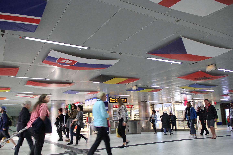 ...ka raudteejaama sees on kõik lipud esindatud.