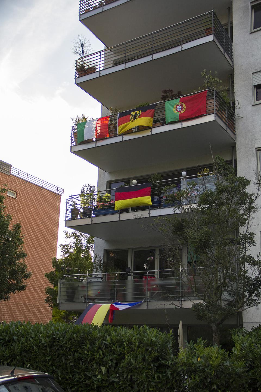 Kuna Saksamaal elab palju erinevaid rahvusi, siis on ka majade akendel näha mitmeid erinevaid lippe. Meie majas elab näiteks itaallasi. Esmaspäeval vaatasime Itaalia-Hispaania mängu ja osssssa raks kus kõrval korterist tulid ühel hetkel rõõmuhõisked ja karjed kui Itaalia lõi värava. No ikka korralikult elati kaasa. Põhimõtteliselt pole vaja mängu vaadatagi, kuuleb läbi seinte ka, kui keegi värava lööb. Lihtsalt pead teadma, mis rahvusest sul naabrid on, siis on pilt selge, kes parasjagu värava lõi.