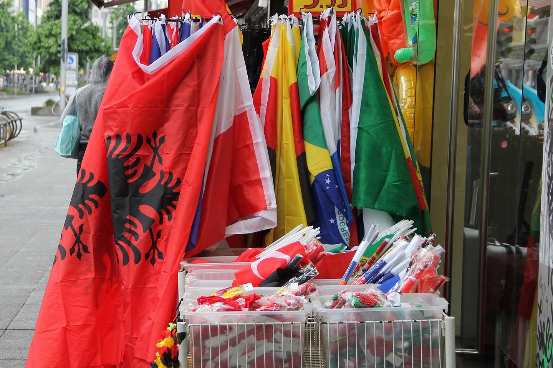 Vajaliku fännilipu leidmisega probleeme pole, iga nurga peal on kõik lipud müügil.