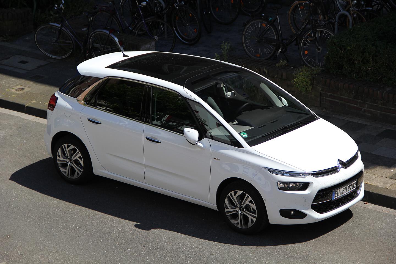 Meie järjekordne rendiauto upgrade. Škoda Octavia or similar. Nii vinge varustusega rendiautos polegi varem istunud. Klaaskatus; istmetel seljamassaaž; kõrvalistujal jalatoe pikendus vms mugavus; turvalisuse mõttes sikutas auto turvavööd, kui maanteel telgjoonele liiga lähedale vajusid; näitas küljepeeglis märguannet, et ära veel möödasõitu tee, sul on üks auto pimedas nurgas ja hakkab sust kohe mööduma; parkis auto külgboksi, tuli sealt välja ja tegi vajadusel ämmahoovi ära ühe nupule vajutusega jne jne. Tark masin. Pole midagi öelda. PS! Auto sai võetud hinnale tuginedes kõige odavamast rendikohast!