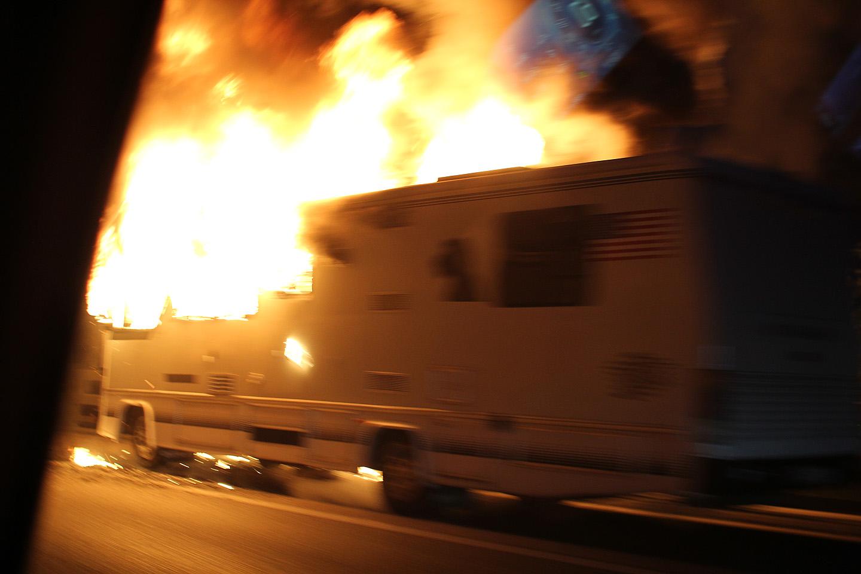 Väga värskelt süttinud matkabuss. Pole kunagi nii lähedalt põlevast autost mööda sõitnud. Metsik kuumus, kuna meie möödasõit antud masinast kestis ca 2 sekudnit ning selle aja jooksul läks meil endal korra autos sees täitsa soojaks. Korralikult õhkas seda kuumust.
