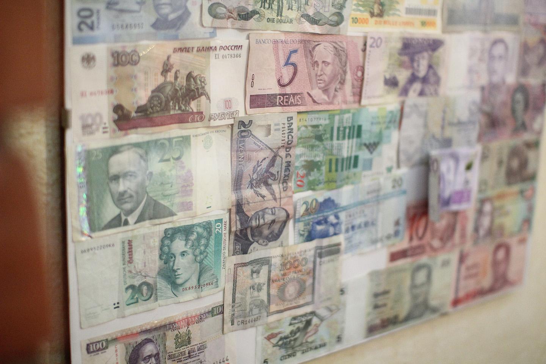 Õhtuses söögikohas seinal olevad rahatähed. Ei puudunud sealt ka Eesti kroonid.