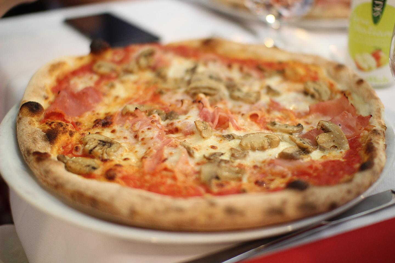 Näeb välja kui tavaline pizza, aga maitses jumalikult! Võimalik, et oma rolli mängisid ka autente atmosfäär, väga sõbralik teenindus ja tühi kõht.