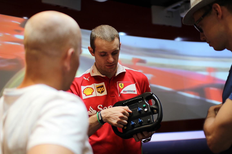 Härrad otsustasid teha Ferrari simulaatoris paar kiiremat ringi. Enne sõitu õpetussõnad.