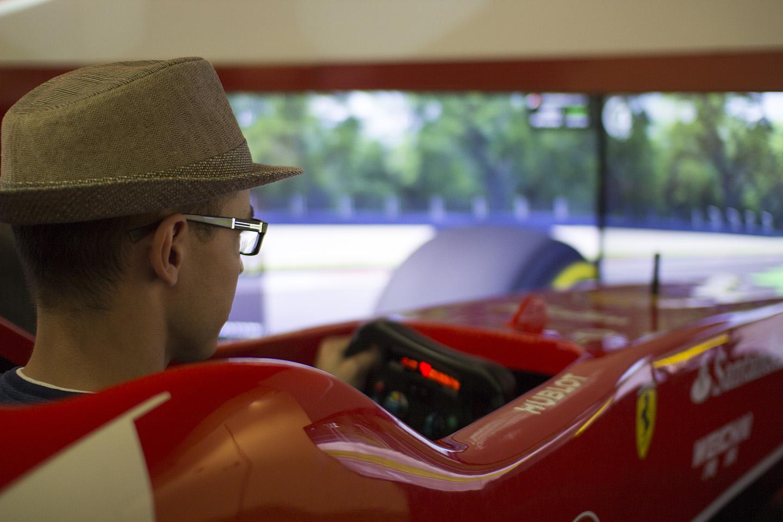 Emotsioon oli vinge. Ja respekt F1 sõitjate vastu tõusis veelgi. Isegi simulaatori kõige kergema tasemega sõites oli tükk tegemist, et üldse rajal püsida.