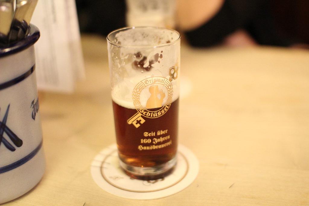 Düsseldorfi vanalinnas leidub erinevaid pruulikodasid, mis on aja edenedes muudetud vaikselt restoranideks/õlletubadeks. Säärastes kohtades puudub menüüs õllevalik, kuna pakutakse vaid omatoodangut. Antud kohaks Brauerei zum Schlüssel ja joogiks nende konkreetne Alt. Lihtne ja loogiline. Ei pea mõtisklema, millist humalajooki tellida, sest valikus on vaid üks õlu.